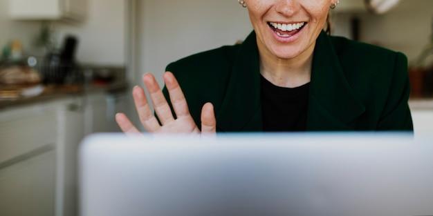 Mulher de negócios em videoconferência com colegas durante a quarentena de coronavírus