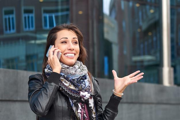 Mulher de negócios emocional falando ao telefone. conversa bem-sucedida com um parceiro ou cliente, bom negócio