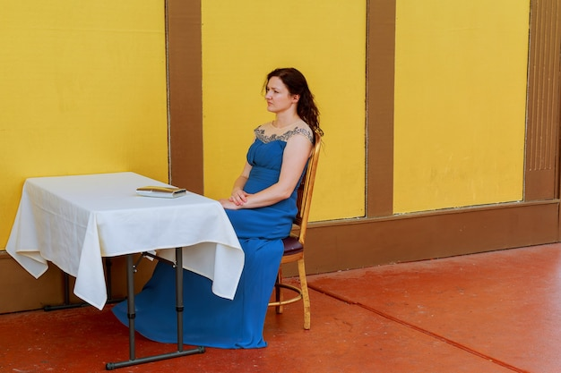 Mulher de negócios entediada, parecendo muito chata na mesa dela.