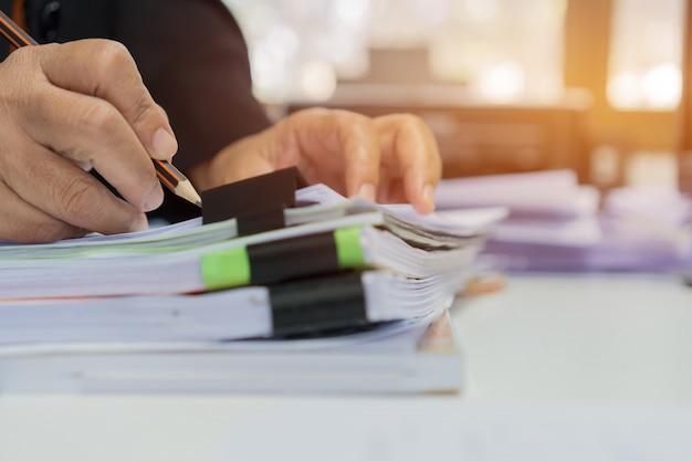 Mulher de negócios, escrevendo em documentos