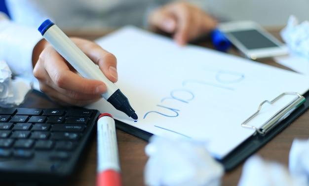 Mulher de negócios escrevendo lista de planos em branco