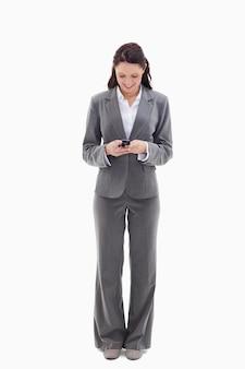 Mulher de negócios, escrevendo uma mensagem de texto