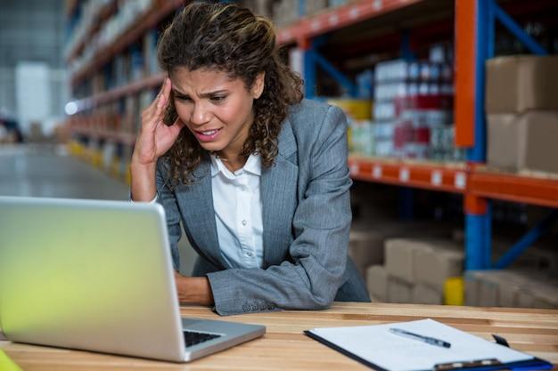 Mulher de negócios está estressada por causa do trabalho