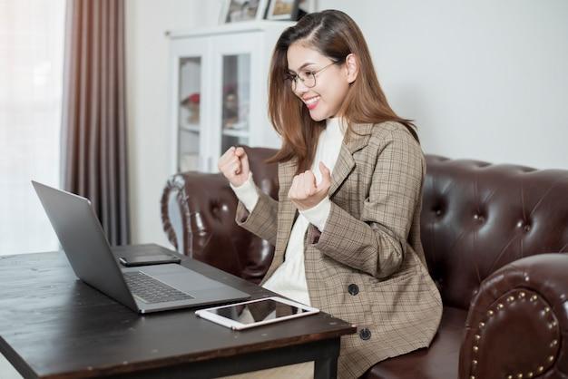 Mulher de negócios está trabalhando em sua mesa de escritório