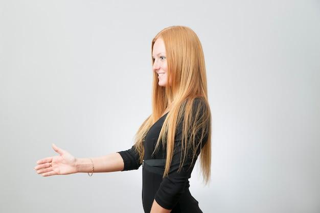 Mulher de negócios estende a mão para um aperto de mão