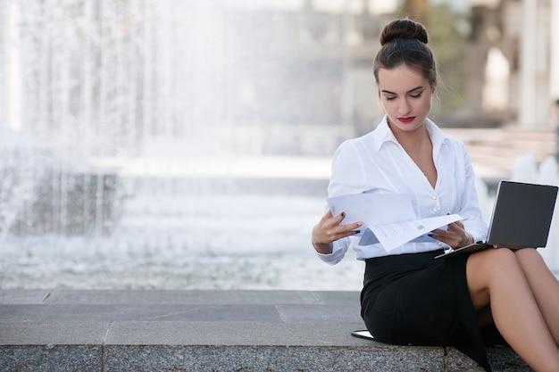 Mulher de negócios, estilo de vida, laptop, papelaria, conceito de processo