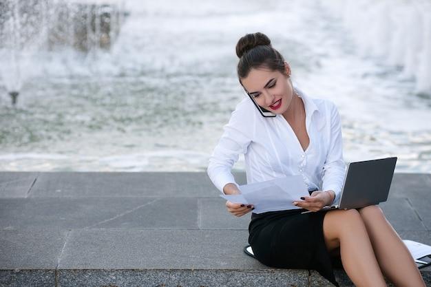Mulher de negócios, estilo de vida, laptop, prazo ao ar livre, papel, trabalho, conceito, processo