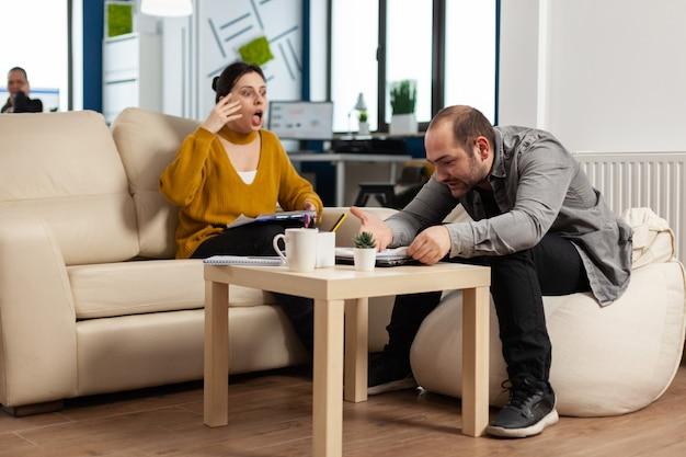 Mulher de negócios estressada discutindo gritando com um homem durante o horário de trabalho