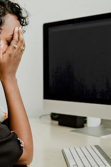 Mulher de negócios estressada trabalhando no escritório