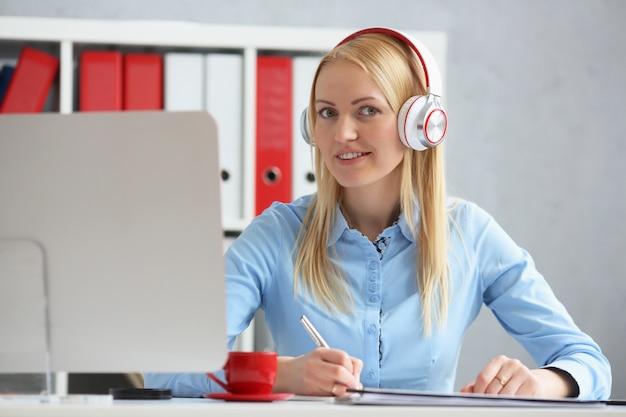 Mulher de negócios, estudando on-line. ouve a palestra.