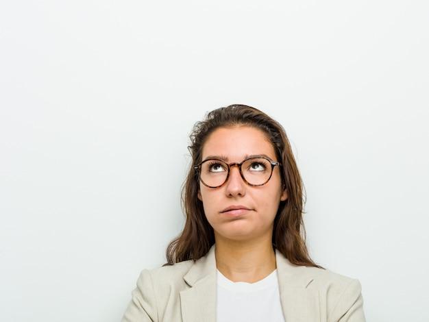 Mulher de negócios europeia jovem cansada de uma tarefa repetitiva.