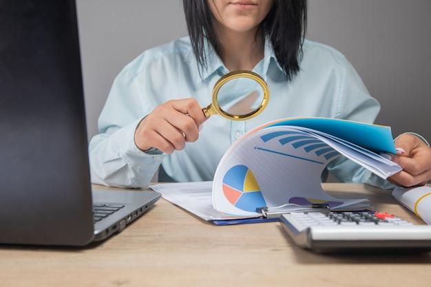 Mulher de negócios examina dados no escritório