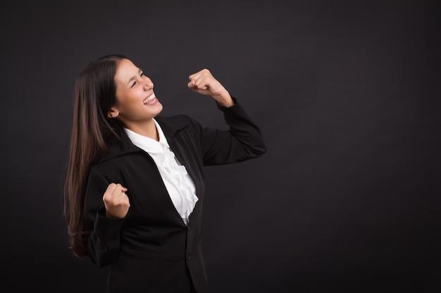 Mulher de negócios excitada, forte, feliz, bem-sucedida e confiante olhando para cima