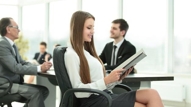 Mulher de negócios executiva com área de transferência escritório moderno. foto com lugar para texto