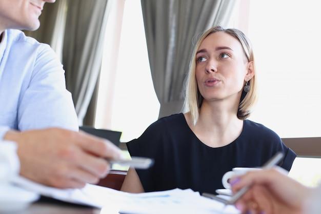 Mulher de negócios explica a política da empresa