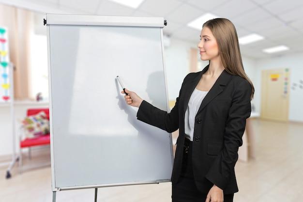Mulher de negócios explicar no quadro