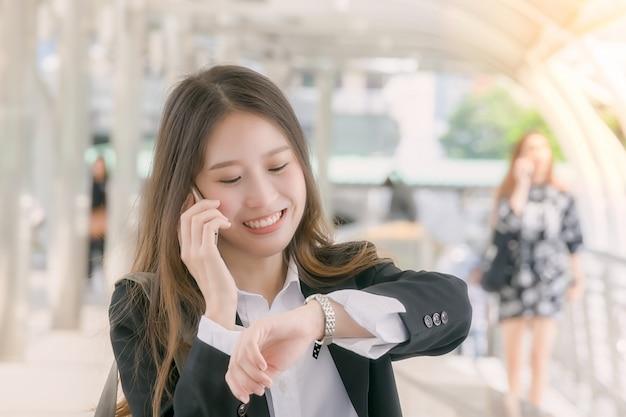 Mulher de negócios fala com telefone inteligente