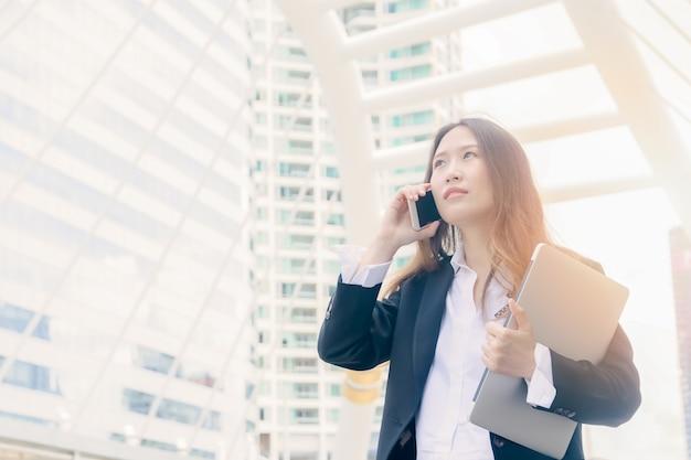Mulher de negócios fala com telefone