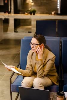 Mulher de negócios falando ao telefone