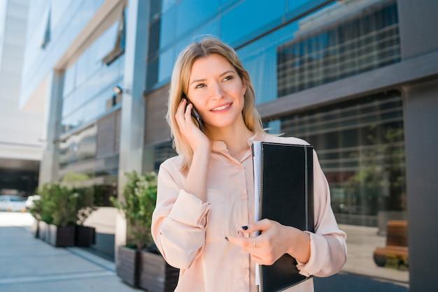 Mulher de negócios, falando ao telefone.
