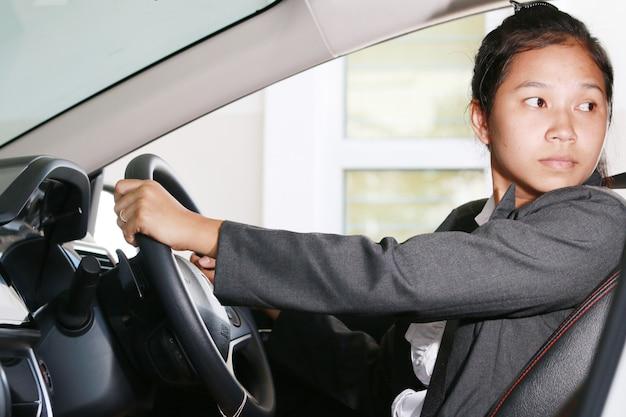 Mulher de negócios faz o backup de seu carro