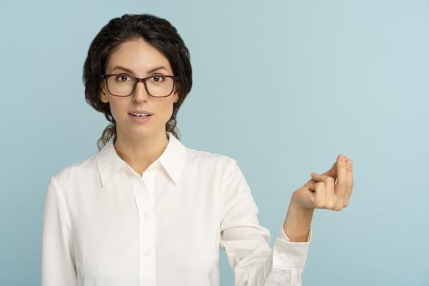 Mulher de negócios fazendo gesto rico de dinheiro com a mão, pedindo pagamento de salário, dinheiro ou mesada