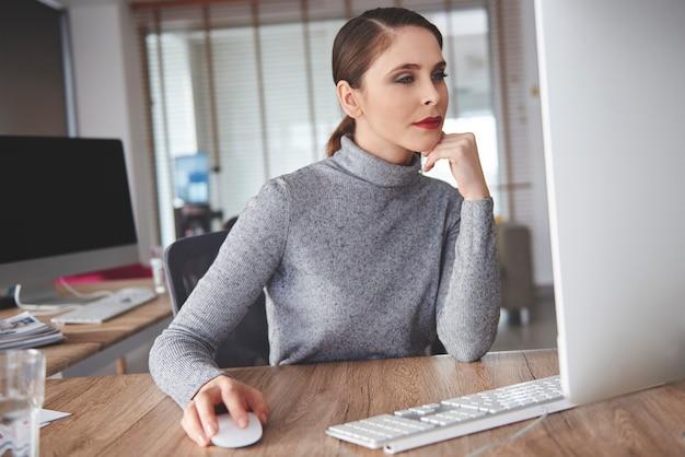 Mulher de negócios fazendo seu trabalho de maneira justa