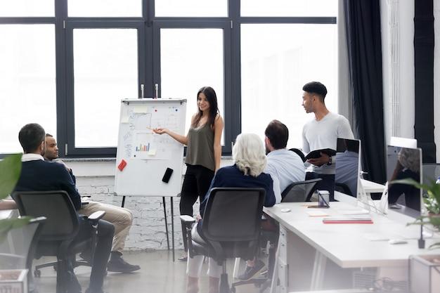 Mulher de negócios, fazendo uma apresentação no escritório