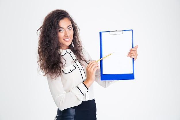 Mulher de negócios feliz apontando o lápis na prancheta