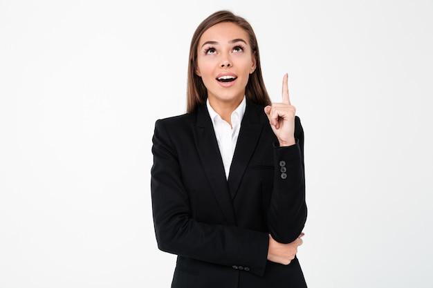 Mulher de negócios feliz apontando para copyspace.