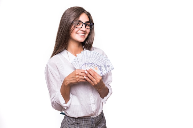 Mulher de negócios feliz com longos cabelos castanhos em roupas casuais segurando muitas notas de dólar sobre o branco