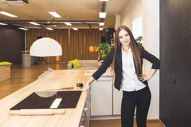Mulher de negócios feliz e sorridente em casa na cozinha