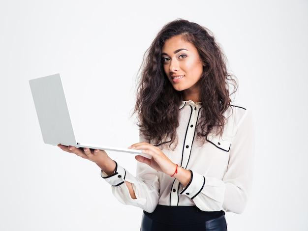 Mulher de negócios feliz em pé com laptop