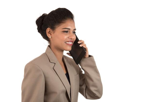 Mulher de negócios feliz falando no celular ou smartphone isolado