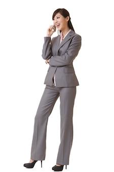 Mulher de negócios feliz falando no celular