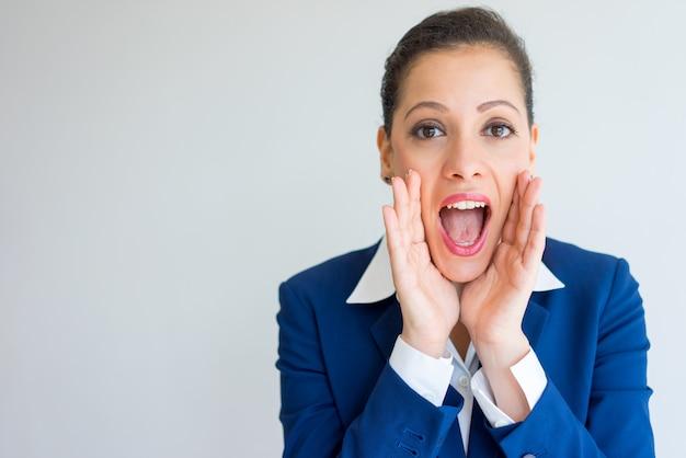 Mulher de negócios feliz gritando alto.