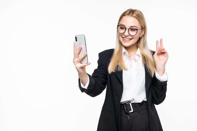 Mulher de negócios feliz jovem falando por telefone, acenando para os amigos isolados