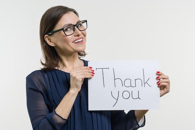Mulher de negócios feliz mostrando agradecimentos.