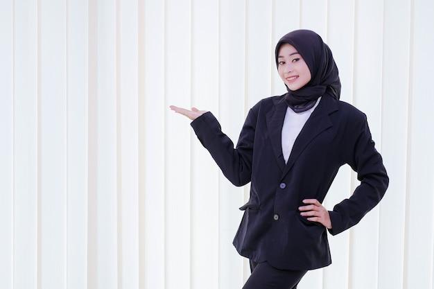 Mulher de negócios feliz mostrando algo