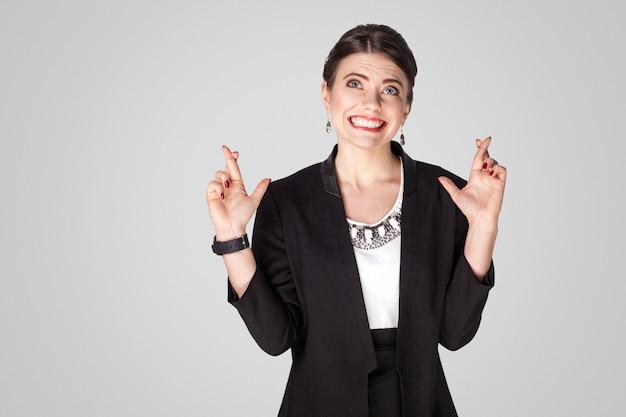 Mulher de negócios feliz mostrando sinal de desejo