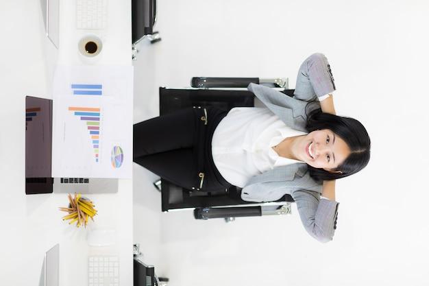 Mulher de negócios feliz no escritório.
