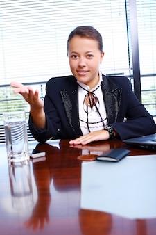 Mulher de negócios feliz no escritório
