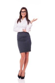 Mulher de negócios feliz posando
