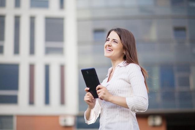 Mulher de negócios feliz usando um computador tablet