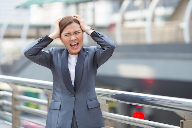 Mulher de negócios fica com raiva do trabalho