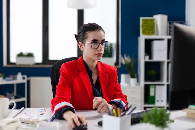 Mulher de negócios focada no local de trabalho do escritório corporativo