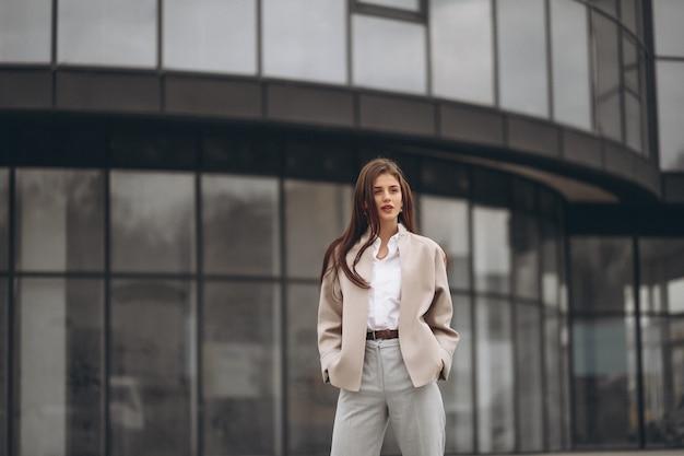 Mulher de negócios fora da rua