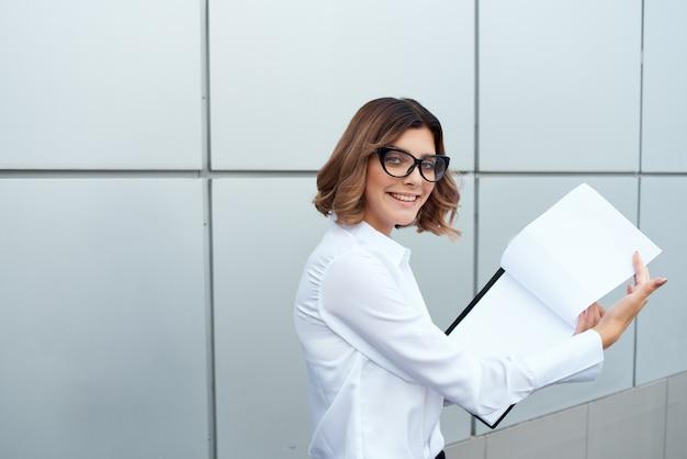 Mulher de negócios fora do trabalho oficial sucesso trabalho fundo isolado