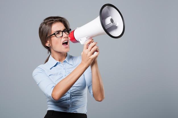Mulher de negócios furiosa gritando muito alto