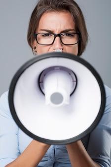 Mulher de negócios gritando e muito zangada